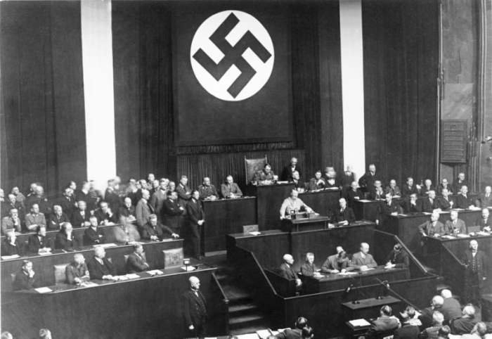 Bundesarchiv_Bild_102-14439,_Rede_Adolf_Hitlers_zum_Ermächtigungsgesetz.jpg