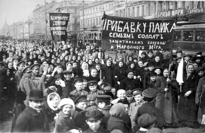Демострация_работниц_Путиловского_завода_в_первый_день_Февральской_революции_1917.jpg