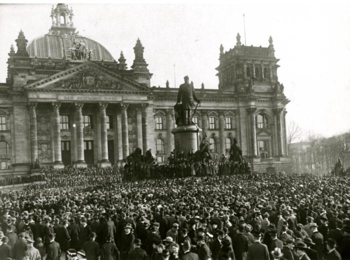 weimar republic proclomation at reichstag 1918.jpg